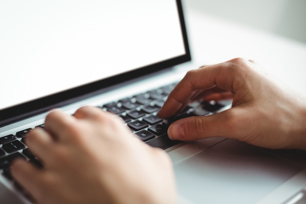 Vrouw die laptop met behulp van Gratis Foto