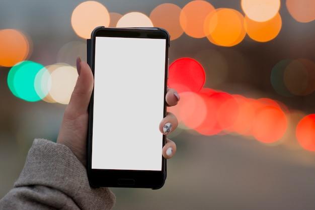 Vrouw die lege telefoon in hoofd houdt Gratis Foto