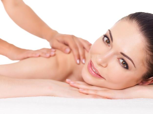 Vrouw die massage van lichaam in de kuuroordsalon heeft. schoonheidsbehandeling concept. Gratis Foto