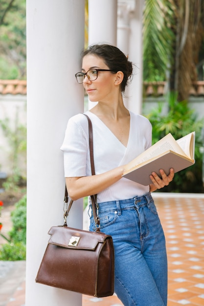 Vrouw die met boeken over haar toekomst leert Premium Foto