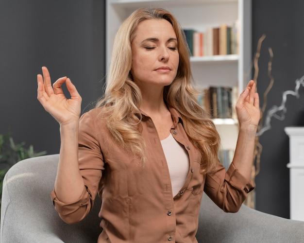 Vrouw die met gesloten ogen probeert te kalmeren Gratis Foto