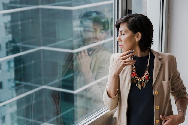 Vrouw die met halsband weg middelgroot schot kijkt Gratis Foto