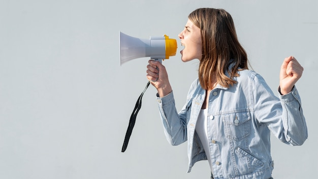 Vrouw die met megafoon bij demonstratie schreeuwt Gratis Foto