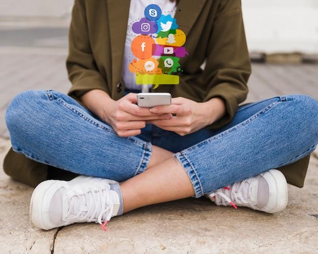 Vrouw die mobiel telefoon sociaal media concept gebruikt Gratis Foto