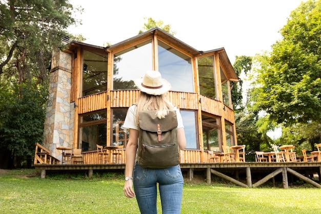 Vrouw die modern huis erachter bekijkt van Gratis Foto