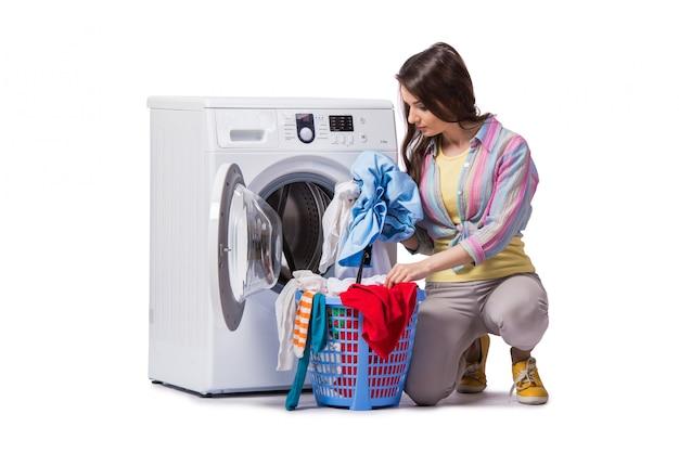 Vrouw die na het doen van wasserij wordt vermoeid op wit wordt geïsoleerd Premium Foto