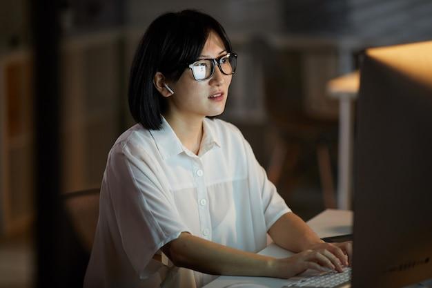 Vrouw die op de computer werkt Premium Foto