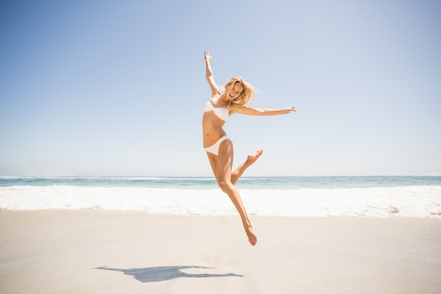 Vrouw die op het strand springt Premium Foto