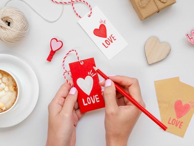 Vrouw die op liefdemarkering schrijft Gratis Foto