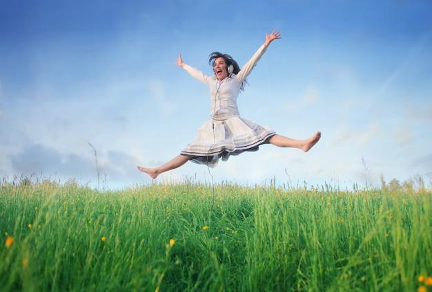 Vrouw die over een gebied springt Premium Foto