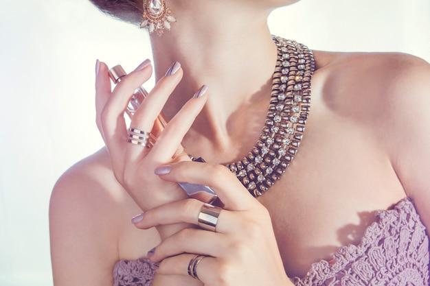 Vrouw die parfum op haar hals toepast Premium Foto
