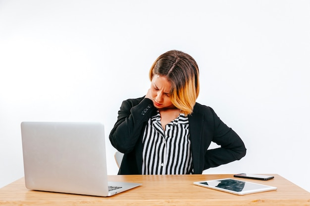 Vrouw die problemen met stekel heeft op het werk Gratis Foto