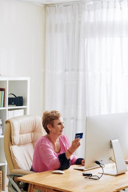 Vrouw die rekeningen online betaalt Premium Foto