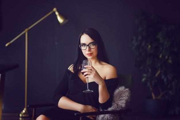 Vrouw die rode wijn drinkt Premium Foto