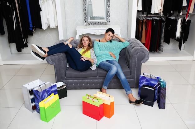 Vrouw die rust heeft na het winkelen Premium Foto