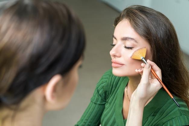 Vrouw die schoonheidsmiddel toepast Premium Foto