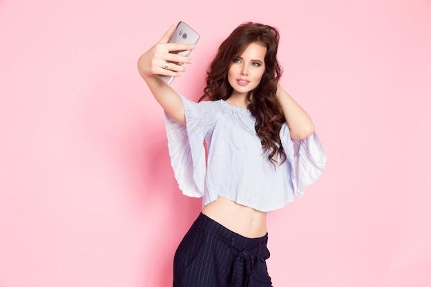 Vrouw die selfie neemt Premium Foto