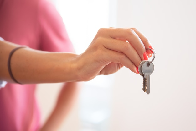 Vrouw die sleutel geeft Gratis Foto