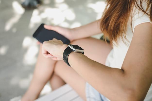 Vrouw die smartwatch met e-mailkengever gebruiken Gratis Foto