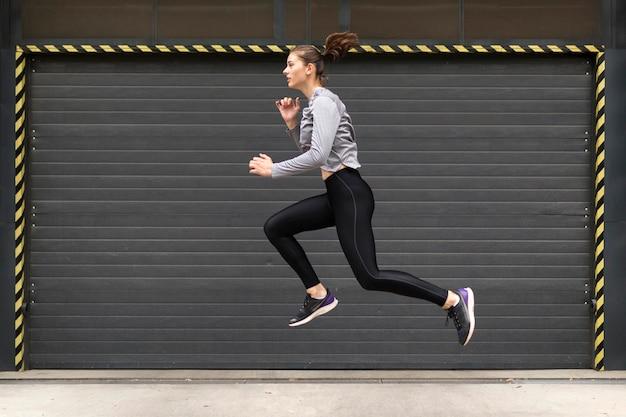 Vrouw die sportoefeningen doet Gratis Foto