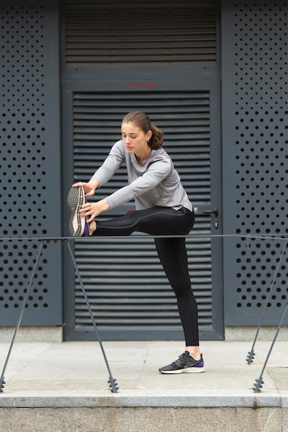 Vrouw die streching oefeningen doet Gratis Foto