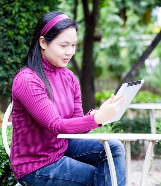 Vrouw die tablet gebruikt Premium Foto