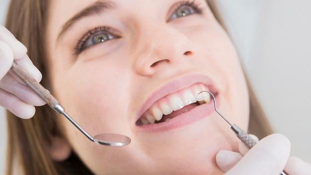 Vrouw die tanden heeft die bij tandartsen worden onderzocht Gratis Foto