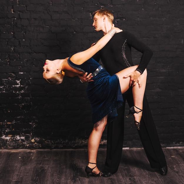 Vrouw die tijdens gepassioneerde partnerdans leunt Gratis Foto