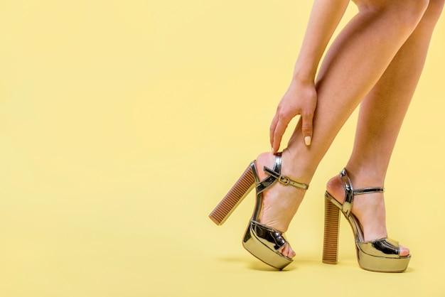 Vrouw die trendy hoge hielenschoenen draagt Gratis Foto