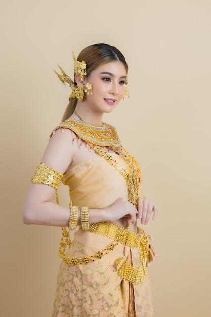 Vrouw die typische thaise kleding draagt Gratis Foto