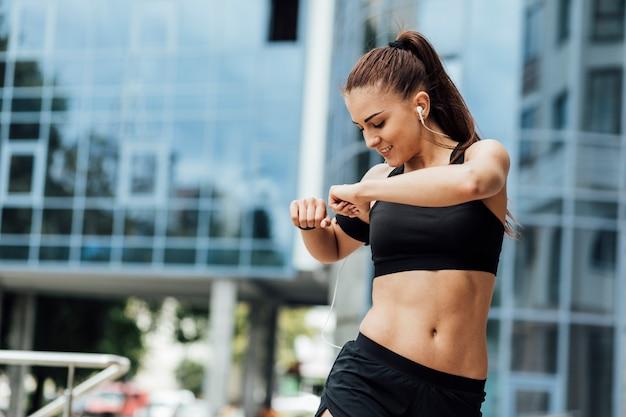 Vrouw die uitrekkende oefeningen doet Premium Foto
