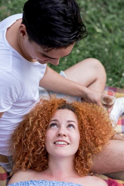 Vrouw die van het hoge hoek de rode haar haar vriend bekijkt Gratis Foto