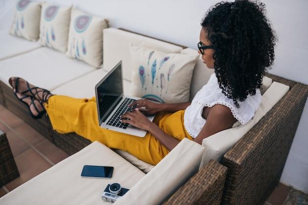 Vrouw die van huis bij de werf aan haar computer werkt Premium Foto