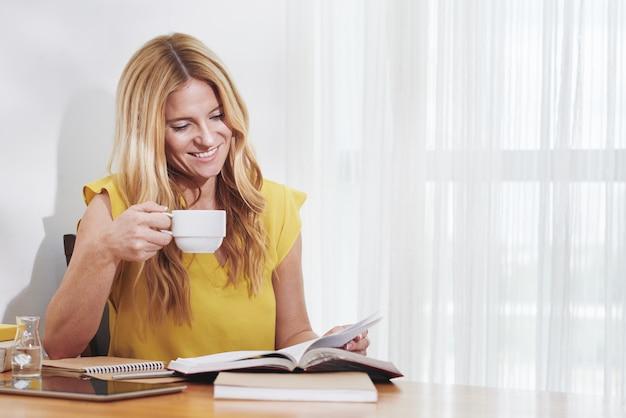 Vrouw die van lezing geniet Gratis Foto