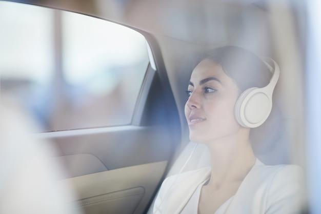 Vrouw die van taxirit genieten Premium Foto
