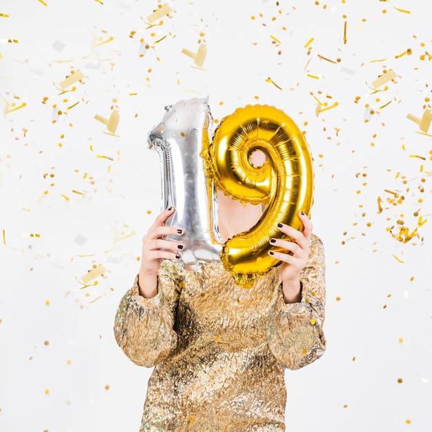 Vrouw die verjaardag 19 vieren Gratis Foto
