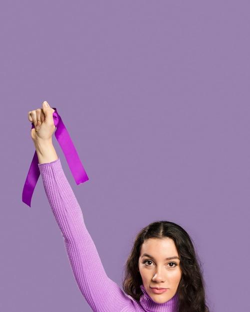Vrouw die violet lint in haar hand houdt Gratis Foto