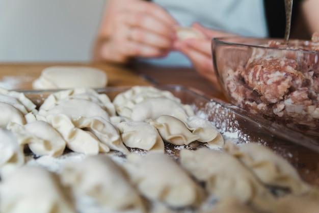 Vrouw die voedsel maakt voor chinees nieuw jaar Gratis Foto
