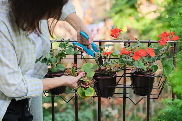 Vrouw die voor naar huis potplanten Premium Foto
