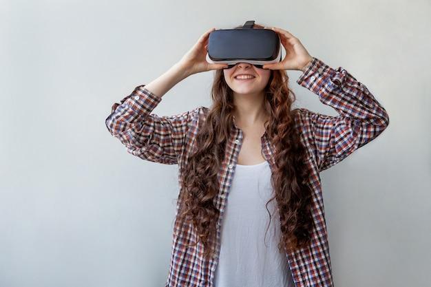 Vrouw die vr-hoofdtelefoon met behulp van Premium Foto