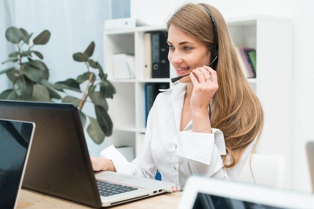 Vrouw die werkt in callcenter Premium Foto