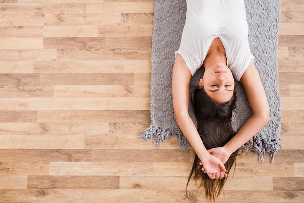 Vrouw die yoga thuis doet Premium Foto