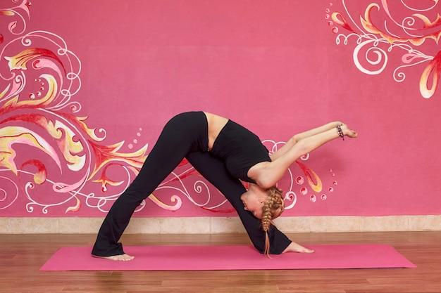 Vrouw die yogaoefeningen doet Premium Foto