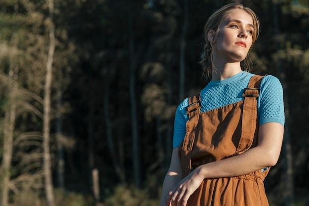 Vrouw die zijdelings met exemplaar-ruimte staart Gratis Foto
