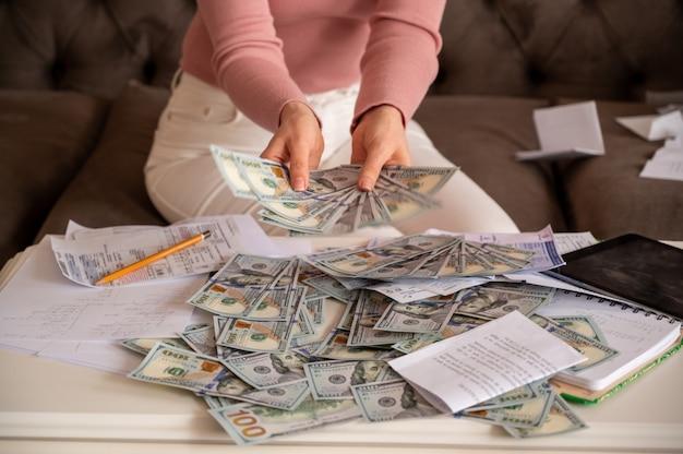 Vrouw die zwarte glazen draagt die geld tonen Gratis Foto