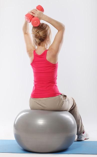 Vrouw doet pilates en evenwichtsoefeningen Gratis Foto
