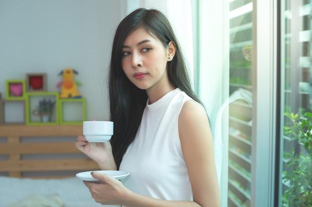 Vrouw drink een koffie op de ochtend Gratis Foto
