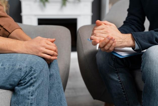Vrouw en adviseur hand in hand samen Premium Foto