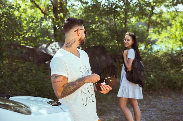 Vrouw en man glimlachend en tijd samen doorbrengen in het bos. concept van relatie. Gratis Foto