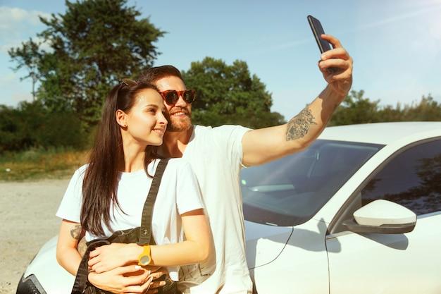 Vrouw en man selfie maken in het bos en ziet er gelukkig uit. concept van relatie. Gratis Foto